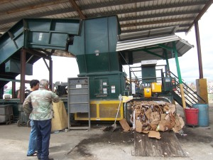A compressing machine of W.R. Recycling, at my right supervisor Edwin Pagán
