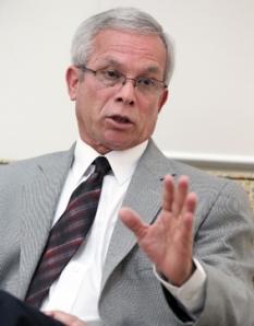 UPR President Miguel Muñoz will not approve the keeping René Vázquez Botet as assistant professor. [Primera Hora]