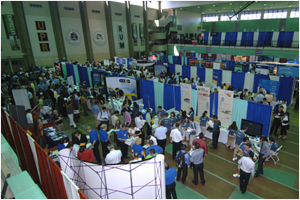 Students at the job fair ready to present their resumes.(Photograph by Carlos Díaz / UPRM Press)