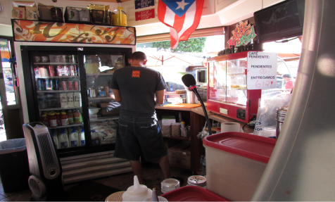 Here we have Carlos Colón during a rush hour. They are mostly visited by local business owners in the morning. In the afternoon and night, they receive students and families.